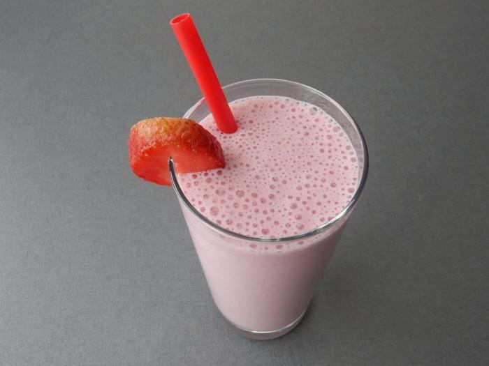 кислородный коктейль с молоком и ягодами